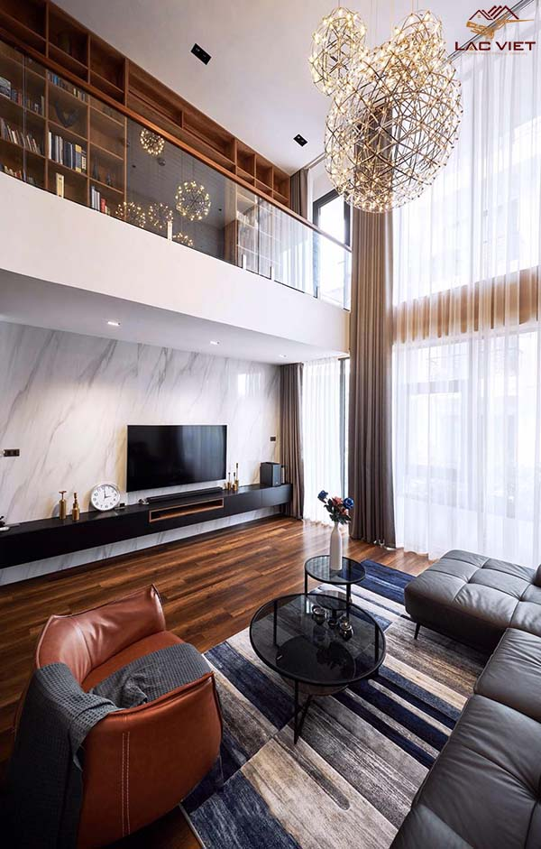 Cửa kính lớn thông tầng giúp phòng khách ngập tràn ánh sáng tự nhiên