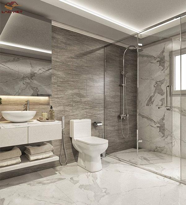 Toàn bộ nhà vệ sinh được ốp lát bằng đá tự nhiên