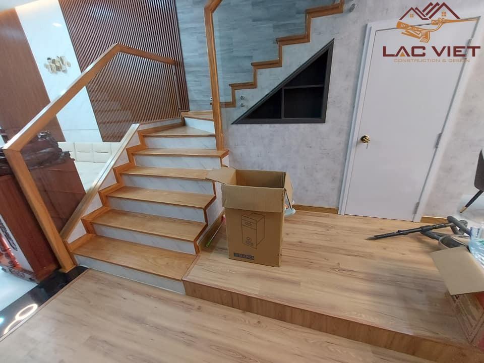 Chúng tôi sử dụng gỗ công nghiệp cho sàn nhà và cầu thang