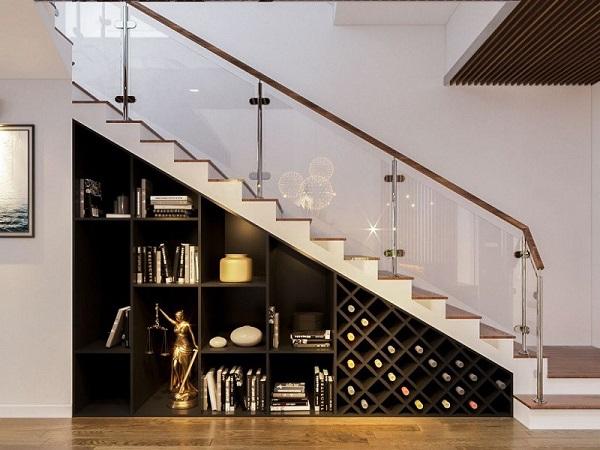 Cầu thang kính kết hợp với giá sách ở dưới gầm giúp tiết kiệm diện tích và tạo điểm nhấn nổi bật cho không gian ngôi nhà