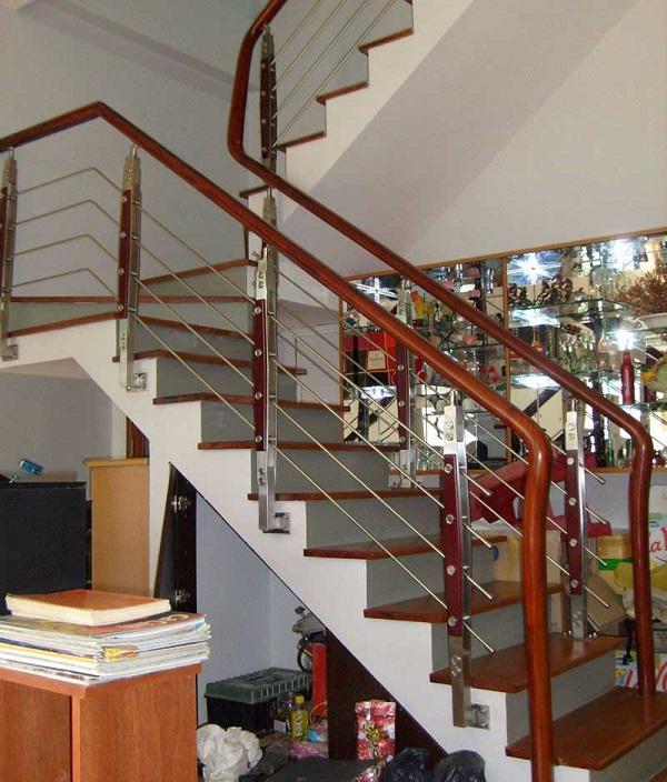 Mẫu cầu thang nhà phố inox tay vịn gỗ