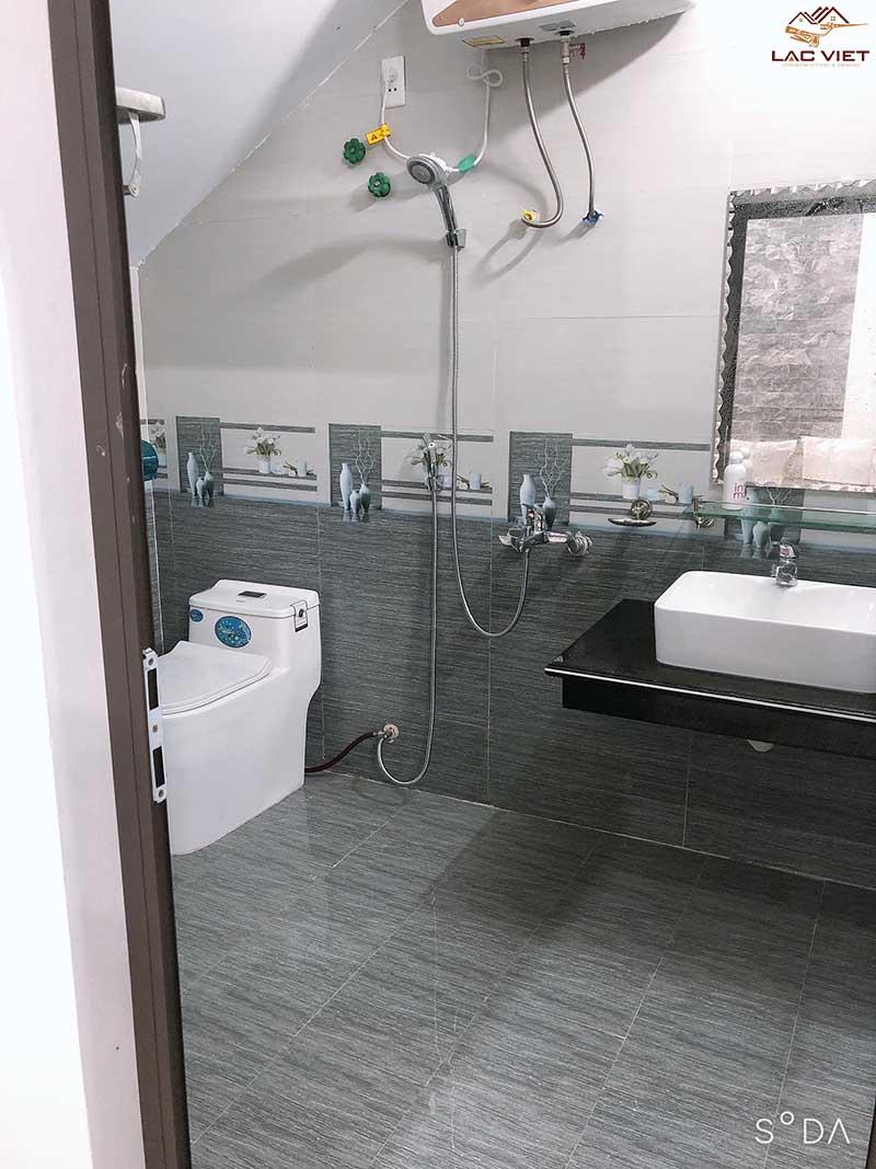Nhà tắm tầng trệt ngay dưới cầu thang