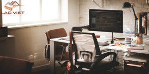Phòng làm việc cần nhiều ánh sáng vào ban ngày cũng như ban đêm để bảo vệ mắt