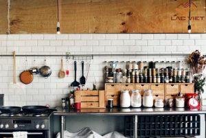 Căn bếp trở nên lộn xộn khi mọi đồ đạc được phơi bày