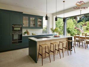 Màu xanh lá cây giúp căn bếp trở nên bí ẩn và thu hút hơn