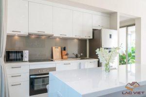 Đá tự nhiên được sử dụng linh hoạt trong nhiều thiết kế tại phòng bếp
