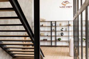 Tránh thiết kế cầu thang thẳng với cửa nhà