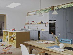 Chiếc bàn làm việc nhìn thẳng qua căn bếp - trông cũng hấp dẫn đúng không nào?