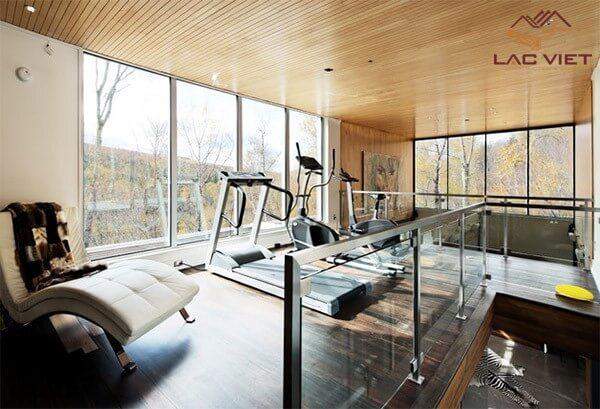 Phòng tập thể dục trên cao nhìn xuống phòng khách? - tại sao không